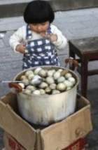 尿で作った「童子蛋」健康食は、小学校のトイレから集められた男子の尿を使って調理した卵