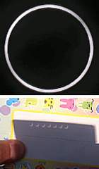 金環日食見たよ。 カードの穴を通しての金環日食